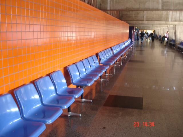 Cadeiras antes da nova rodoviária de Curitiba