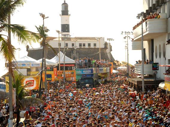 Blocos de Carnaval agitam milhares de pessoas pelas ruas de Salvador.