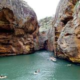As águas verdes do Rio São Francisco banham o cânion do Xingó, em Aracaju