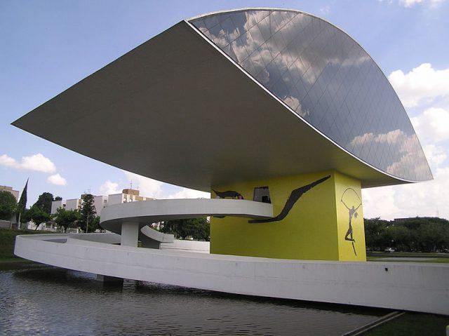 Vista lateral do prédio principal do MON, em Curitiba