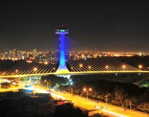 Imagem noturna da Ponte Estaiada em Teresina (Foto: turismoteresina.com)