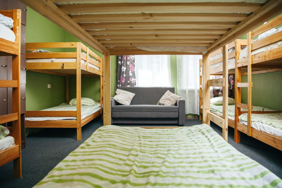 Descubra as vantagens e desvantagens de se hospedar em um hostel.