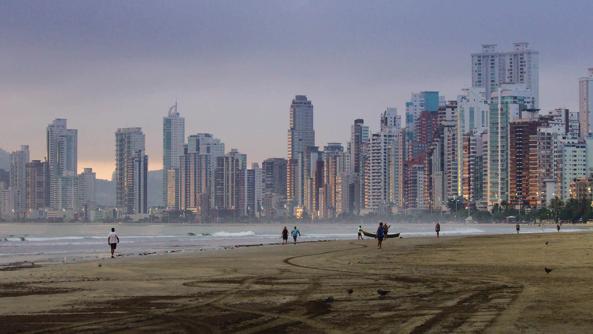 Natureza e cidade se encontram, transformando a paisagem.