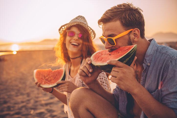 Leve algumas frutas para um lanche saudável.