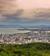 cidade de florianopolis vista do topo de uma montanha