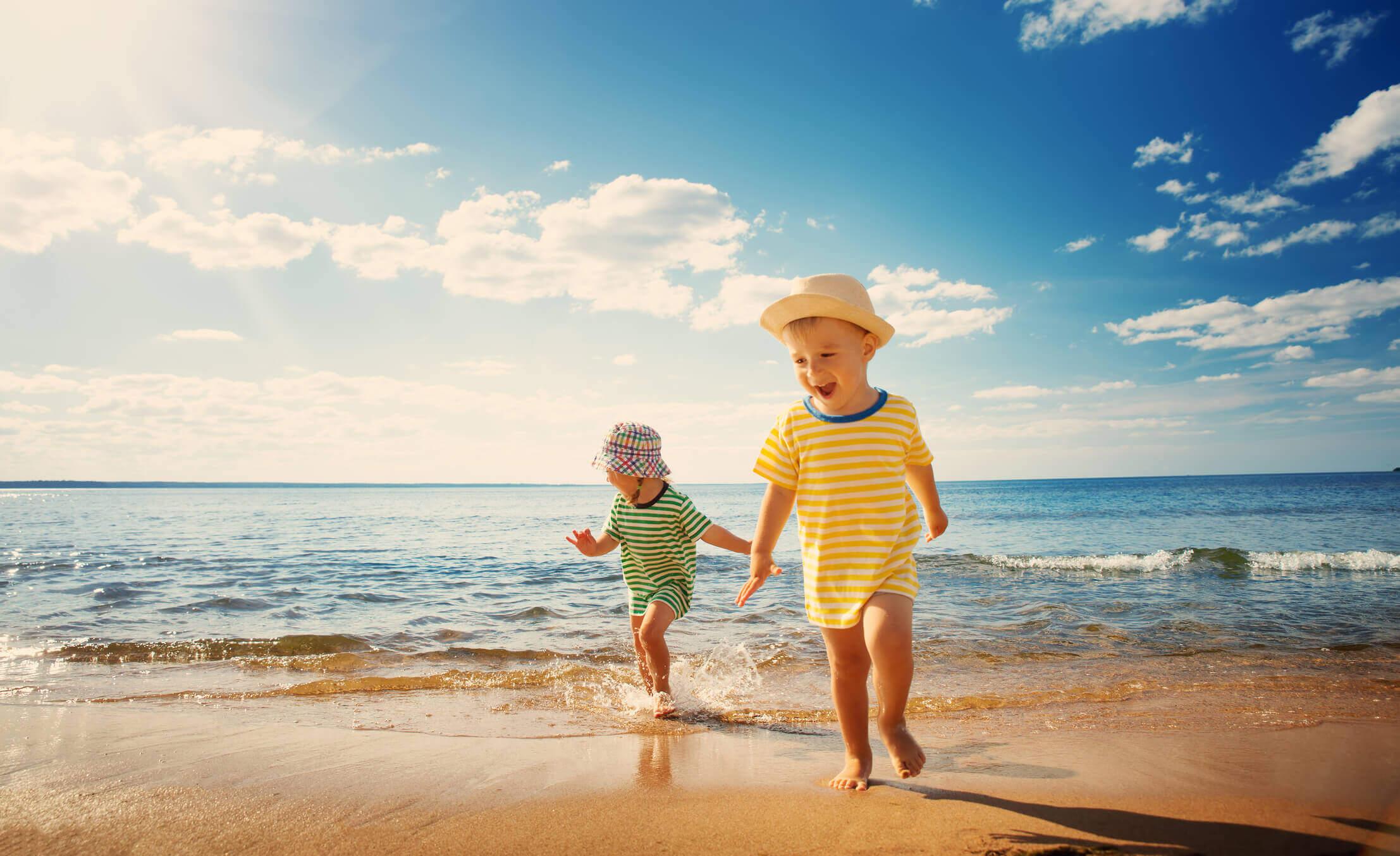 Fique atento nas dicas de cuidados com as crianças na praia.