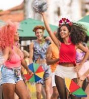 mulheres dançando animadamente durante o carnaval